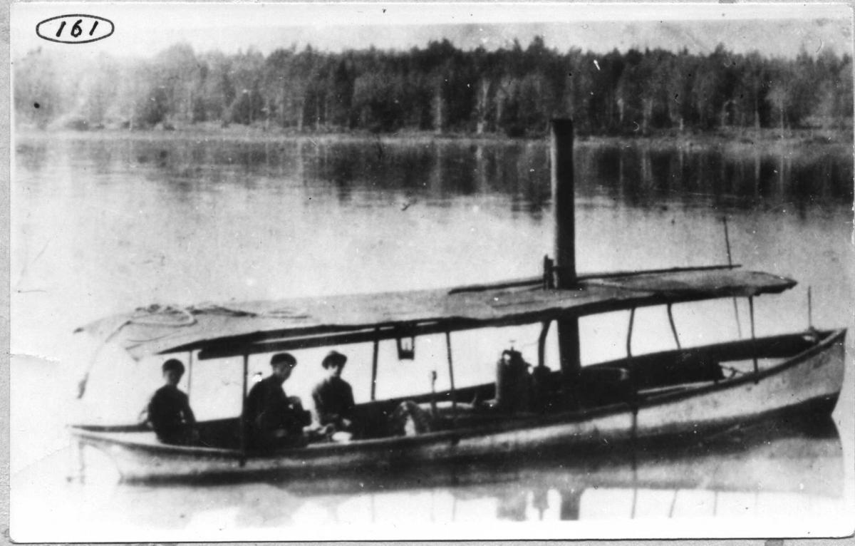Л Лодка на реке.jpg